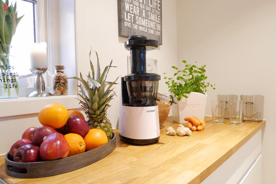 VASNER Slow Juicer im Kücheneinsatz mit Früchten