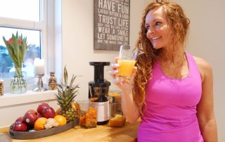 "Christin Kalve. internationale Fitness Coach mit dem VASNER Slow Juicer ""Juica""."